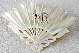 Vintage Mother Of Pearl Fan Pin (Image1)