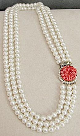 Vintage Faux Pearl Necklace with Coral Closure (Image1)