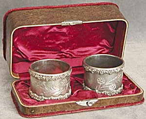 Vintage Pair of Napkin Rings in Wood Box (Image1)