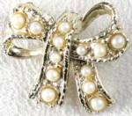 Click here to enlarge image and see more about item JCVFM20: Vintage Faux Pearl Bow Pin