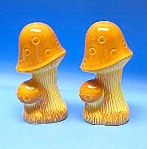 Groovy 1970s Pottery MUSHROOM SALT/PEPPER Set (Image1)