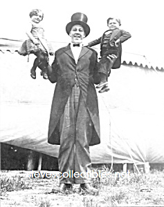c.1923 GIANT Holding 2 Dwarfs-AL G. BARNES CIRCUS-Photo (Image1)