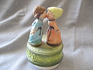 Kissing Children Music Box