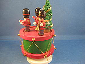 Musical Figurines With Christmas Tree Music Box (Image1)
