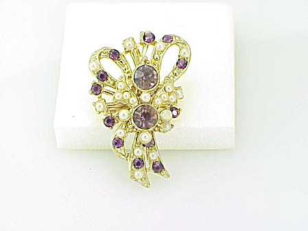 VINTAGE AMETHYST RHINESTONE AND FAUX PEARL BROOCH OR PENDANT (Image1)