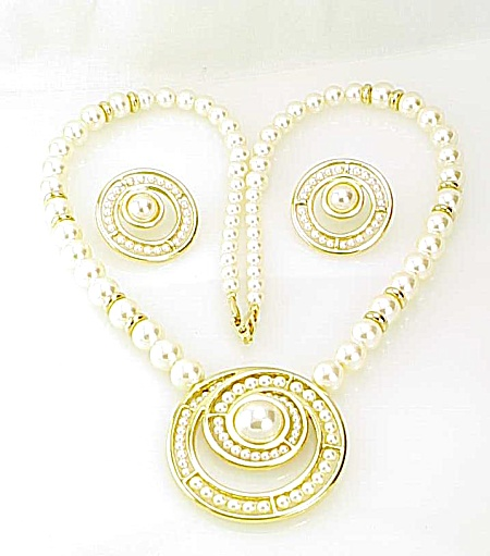 NAPIER PAT PEND GOLD TONE PEARL NECKLACE AND PIERCED EARRINGS SET (Image1)