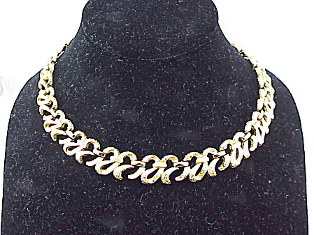 COSTUME JEWELRY - VINTAGE MONET BRUSHED GOLD TONE BOW RIBBON CHOKER NECKLACE  (Image1)