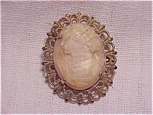 VINTAGE CARVED SHELL OR STONE CAMEO BROOCH IN GOLD TONE FILIGREE (Image1)