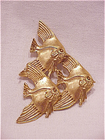 COSTUME JEWELRY - LARGE MATTE GOLD TONE BROOCH OF 3 SWIMMING FISH (Image1)