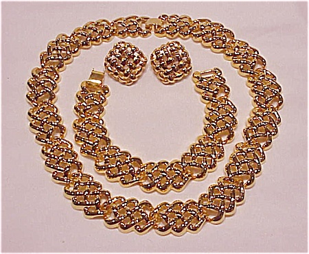COSTUME JEWELRY - GOLD TONE CHOKER NECKLACE, BRACELET & PIERCED EARRINGS FULL PARURE SET (Image1)