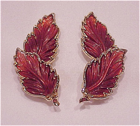 VINTAGE BROWN THERMOSET FALL LEAF GOLD TONE CLIP EARRINGS (Image1)