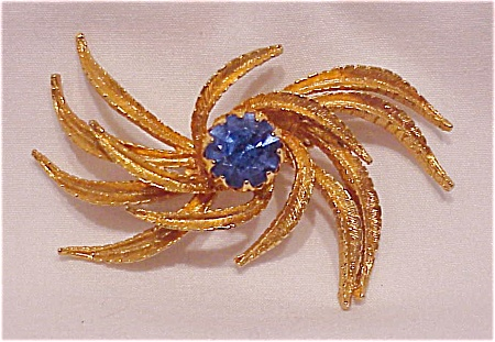 VINTAGE COSTUME JEWELRY - BRUSHED GOLD TONE & LARGE BLUE RHINESTONE BROOCH (Image1)