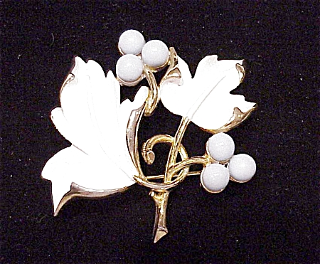 VINTAGE COSTUME JEWELRY - WHITE ENAMEL AND TURQUOISE BEAD BROOCH SIGNED SARAH COVENTRY (Image1)