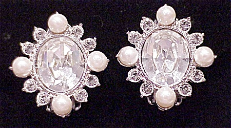 VINTAGE UNIVERSAL CLEAR RHINESTONE AND PEARL CLIP EARRINGS (Image1)