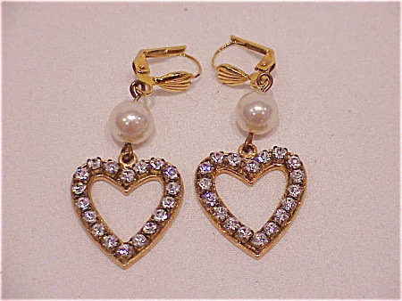 COSTUME JEWELRY - DANGLING RHINESTONE HEARTS & PEARL PIERCED EARRINGS (Image1)
