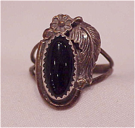 VINTAGE NATIVE AMERICAN STERLING SILVER & BLACK ONYX RING SIGNED CIRCLE J.W. (Image1)