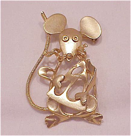 COSTUME JEWELRY - LARGE BRUSHED GOLD TONE MOUSE WITH CHEESE BROOCH (Image1)
