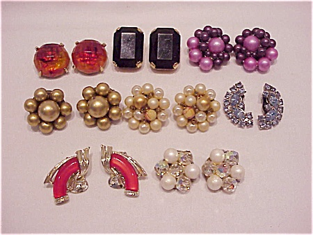 COSTUME JEWELRY - 8 PAIRS OF VINTAGE CLIP EARRINGS - RHINESTONE, THERMOSET, FAUX PEARL, LUCITE (Image1)