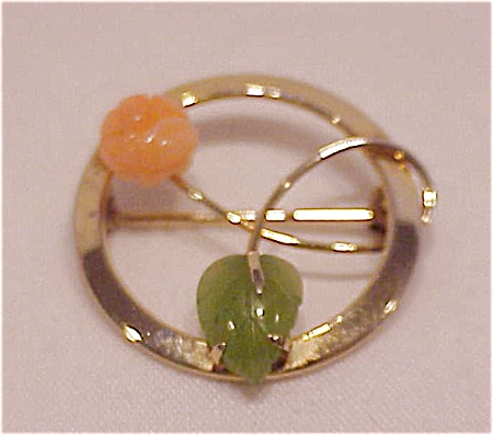 COSTUME JEWELRY - VINTAGE 14K GOLD FILLED JADE & CORAL BROOCH SIGNED STAR-ART (Image1)