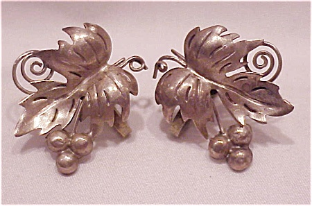 VINTAGE MEXICAN STERLING SILVER GRAPE AND IVY SCREWBACK EARRINGS  (Image1)