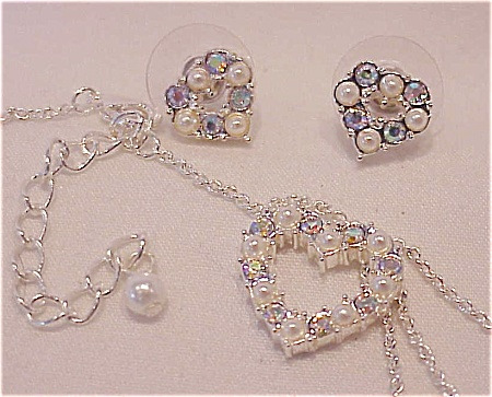 COSTUME JEWELRY - PEARL & AURORA BOREALIS RHINESTONE HEART NECKLACE & PIERCED EARRINGS (Image1)