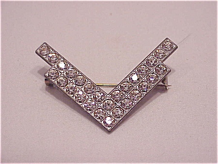 COSTUME JEWELRY - VINTAGE RHINESTONE POT METAL VICTORY BROOCH SIGNED AJC (Image1)