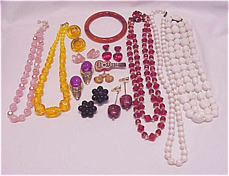 VINTAGE COSTUME JEWELRY - 16 PIECES OF LUCITE OR PLASTIC JEWELRY - NECKLACES, EARRINGS, BRACELETS (Image1)