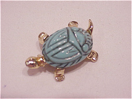 VINTAGE COSTUME JEWELRY - CARVED LUCITE SCARAB TURTLE PIN BROOCH (Image1)