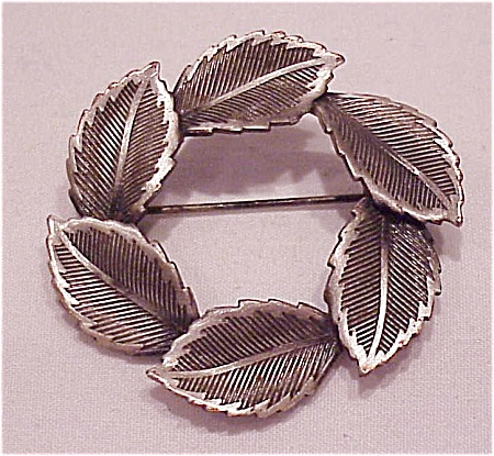 VINTAGE COSTUME JEWELRY - BRUSHED SILVER TONE CIRCULAR LEAF BROOCH (Image1)