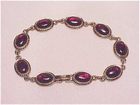 VINTAGE COSTUME JEWELRY - DARK RED GLASS OR LUCITE CABACHON GOLD TONE BRACELET (Image1)