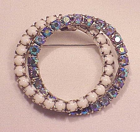 VINTAGE COSTUME JEWELRY - BLUE AURORA BOREALIS RHINESTONE & WHITE CABACHON BROOCH (Image1)