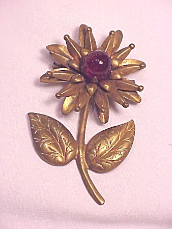 VINTAGE COSTUME JEWELRY - BRASS FLOWER C CLASP BROOCH WITH RED GLASS MARBLE BALL (Image1)