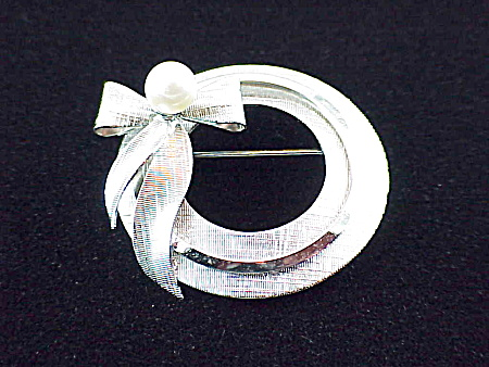 VINTAGE STAR-ART STERLING SILVER,  PEARL CIRCLE AND BOW BROOCH (Image1)