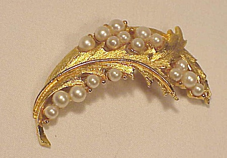 Vintage Costume Jewelry - Brushed Gold Tone Brooch With Pearls