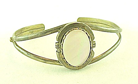 NATIVE AMERICAN STERLING SILVER & MOTHER OF PEARL CUFF BRACELET SIGNED MR (Image1)