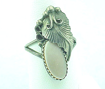 VINTAGE SIGNED NATIVE AMERICAN STERLING SILVER & MOTHER OF PEARL RING (Image1)