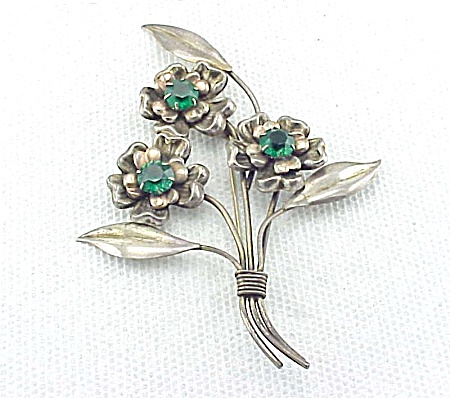 VINTAGE COSTUME JEWELRY - LARGE STERLING SILVER AND GREEN RHINESTONE FLOWER BROOCH (Image1)