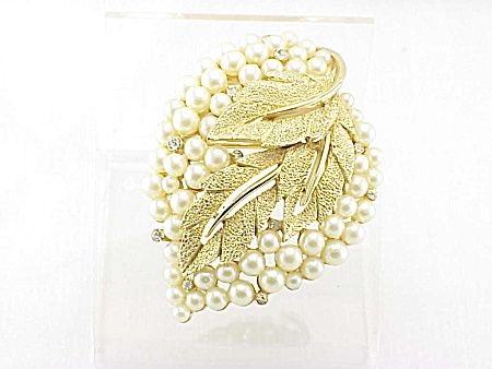 VINTAGE COSTUME JEWELRY - TRIFARI PEARL & RHINESTONE BROOCH OR PIN (Image1)