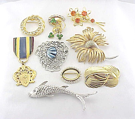 VINTAGE COSTUME JEWELRY - LOT OF 8 BROOCHES - CORO, SARAH COVENTRY (Image1)
