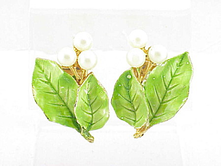 VINTAGE HATTIE CARNEGIE FAUX PEARL AND ENAMEL CLIP EARRINGS (Image1)
