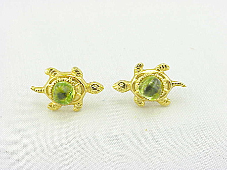 COSTUME JEWELRY - GOLD TONE & PERIDOT CABACHON TURTLE PIERCED EARRINGS (Image1)