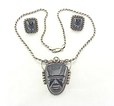 VINTAGE SIGNED MEXICAN STERLING SILVER ONYX FACE OR MASK PENDANT & SCREWBACK EARRINGS (Image1)