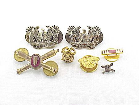 7 VINTAGE UNITED STATES ARMED FORCES MILITARY PINS (Image1)