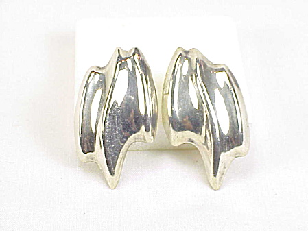 SIGNED LATON MEXICAN ABSTRACT DESIGN STERLING SILVER PIERCED EARRINGS (Image1)