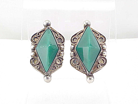 VINTAGE SIGNED MEXICAN STERLING SILVER GREEN ONYX SCREW BACK EARRINGS (Image1)