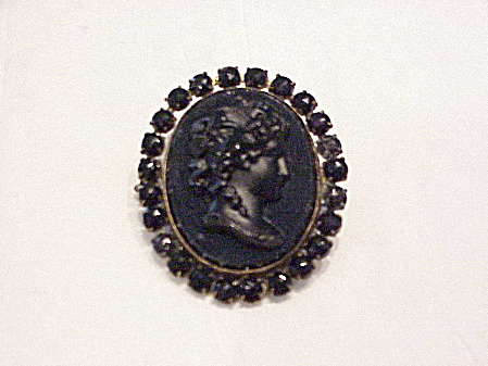 ANTIQUE VICTORIAN OR EDWARDIAN BLACK GLASS CAMEO MOURNING BROOCH (Image1)