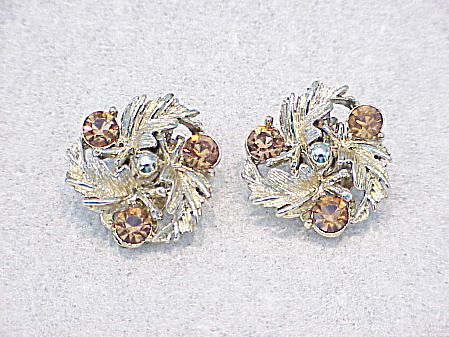 VINTAGE LISNER AMBER OR PALE BROWN RHINESTONE CLIP EARRINGS  (Image1)