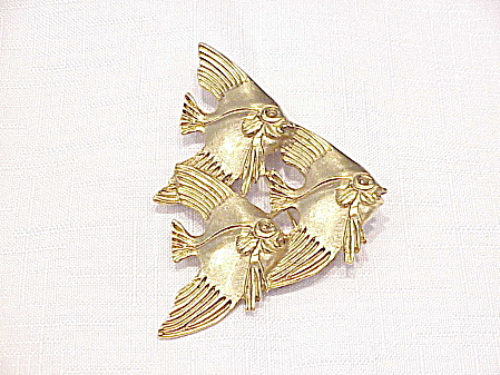 LARGE MATTE GOLD TONE BROOCH OF 3 SWIMMING FISH (Image1)