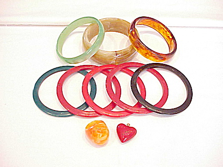LOT OF VINTAGE LUCITE BRACELETS, PENDANT AND RING (Image1)