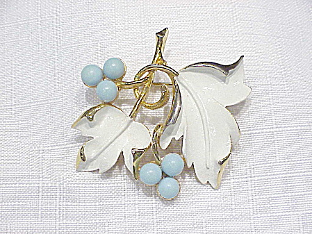 VINTAGE SARAH COVENTRY WHITE ENAMEL AND TURQUOISE BEAD BROOCH (Image1)